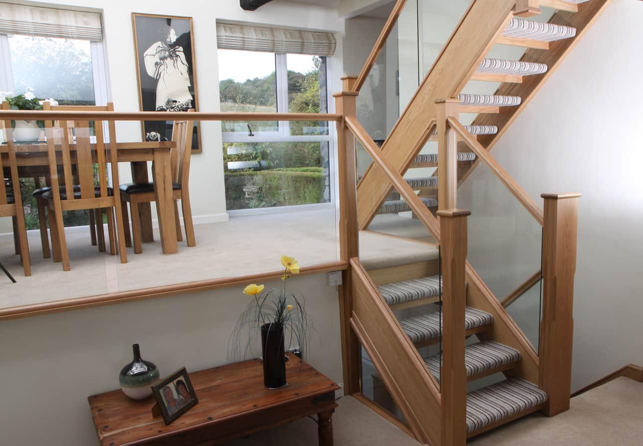 Mẫu lan can cầu thang gỗ kính cao cấp sang trọng
